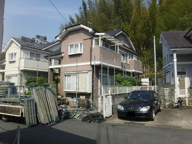 安中市で屋根のカバー工法と雨樋工事のために足場を組みました。