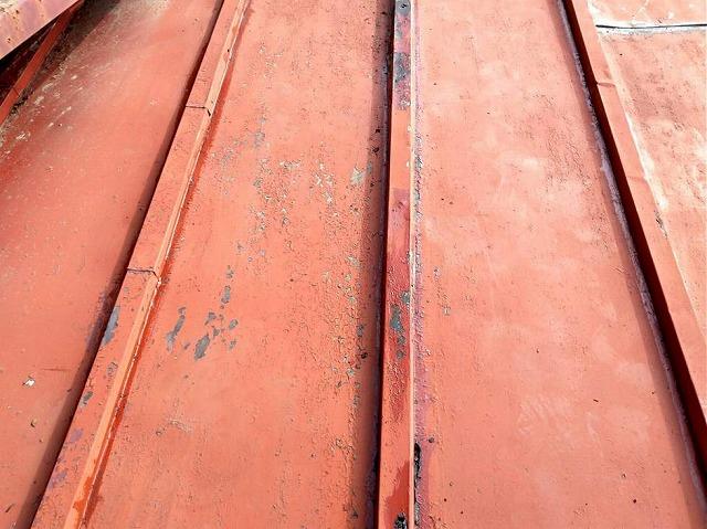 板金屋根の瓦棒のところにプライマーを塗ったところ