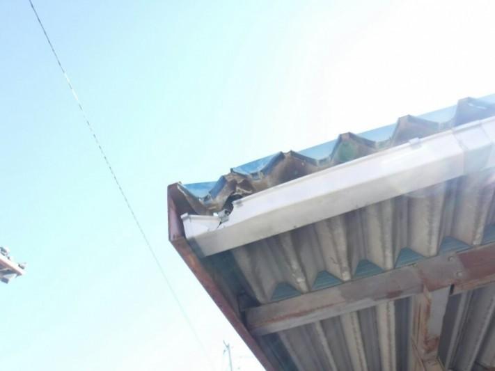 車庫の壊れた雨どいと屋根