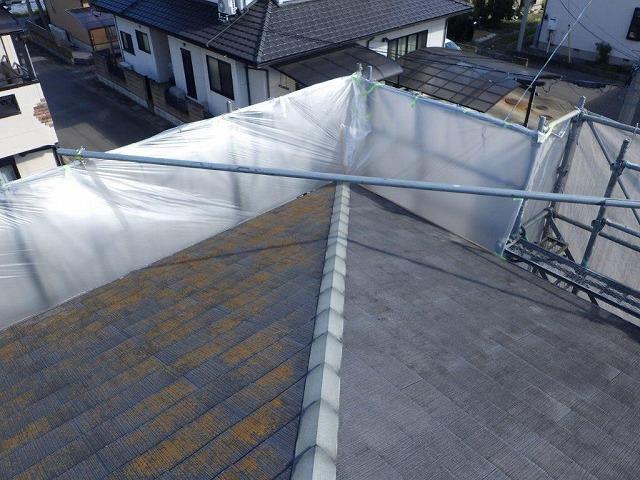 高水圧洗浄した東側と洗浄前の北側のスレートの屋根