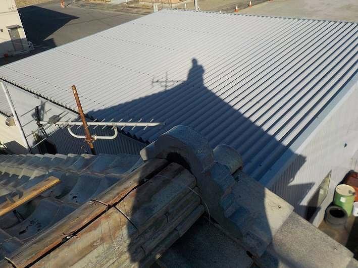 棟瓦の積み上げ途中鬼瓦の裏の漆喰材