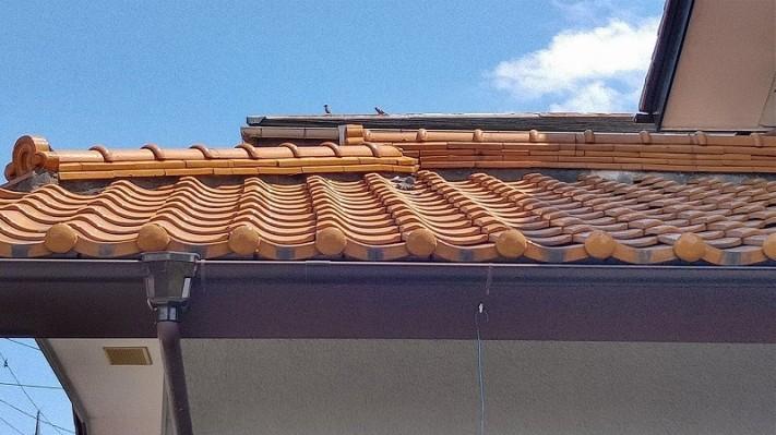 隅棟の付け根に漆喰のかけら