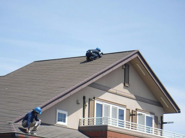 片流れの屋根のコロニアルの瓦の一部が欠けたところを修復後
