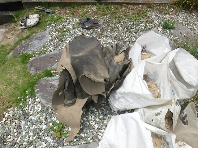 劣化した防水シートや廃材