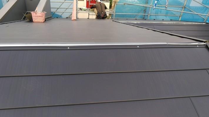 大棟までガルバリウム鋼板を張ったところ