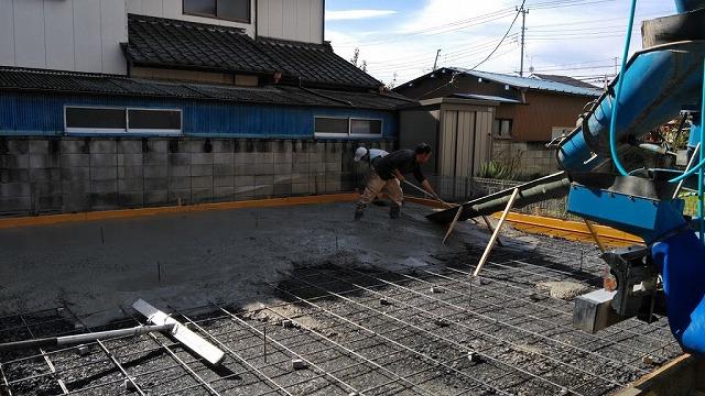 流し込んだコンクリートを広げているところ