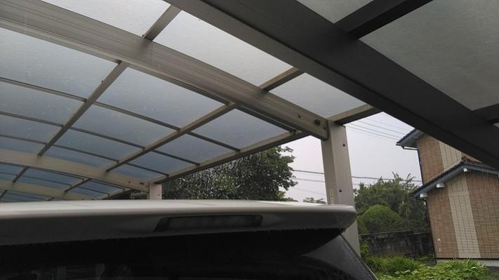 カーポートの屋根から雨水がバシャバシャ垂れている