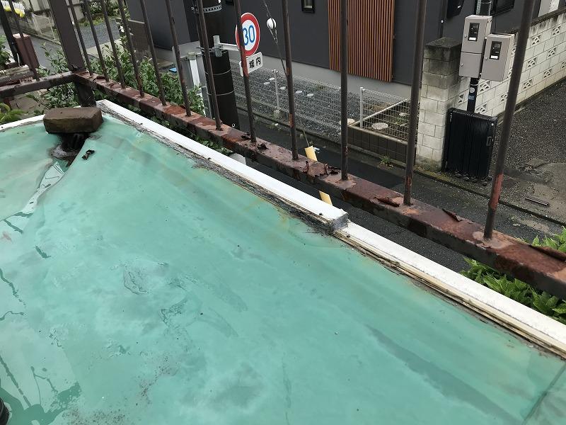 シート防水の端末押さえ金具が段になっている