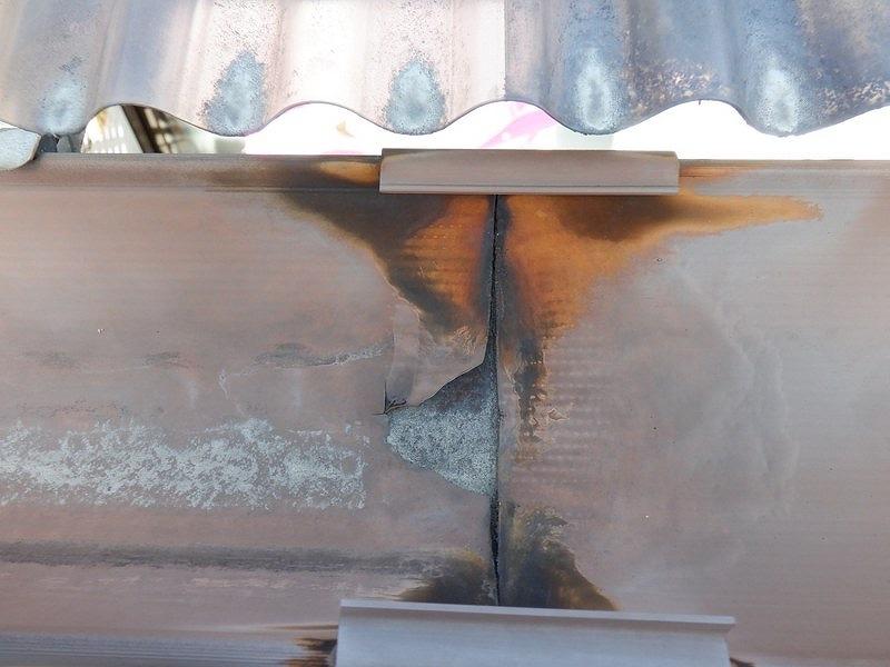 高崎市で継ぎ手のところで雨水が激しく落ちてくる雨樋の調査