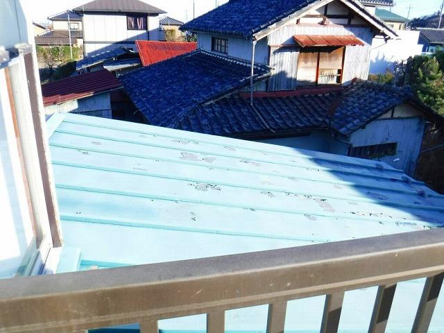 塗装の剝がれている屋根