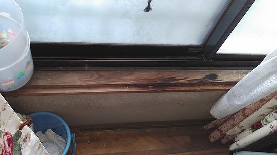 雨漏りしている窓枠のバケツ