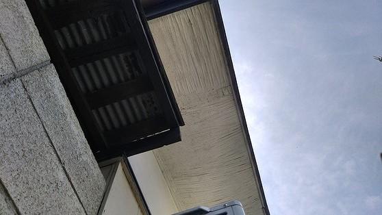 しわの寄ったベニヤ板の軒天井