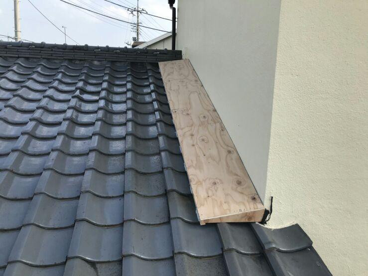 降り壁の雨押え板金のための下地の木部の完成正面に見て