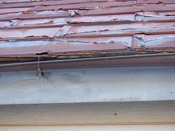雨樋に針金とトタン屋根の塗装の剥がれ