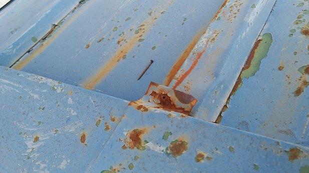 棟板金の釘穴と落ちた釘