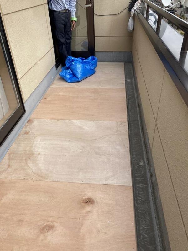 バルコニーの床に設置された防水用のコンパネ