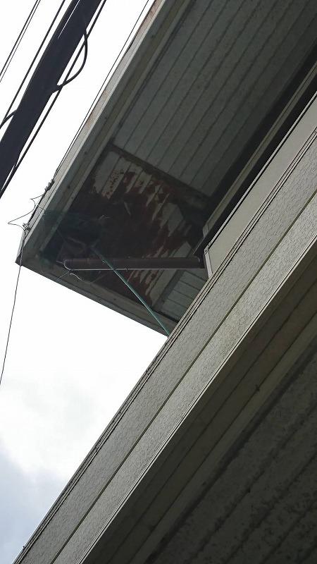 サビてボロボロの軒天井