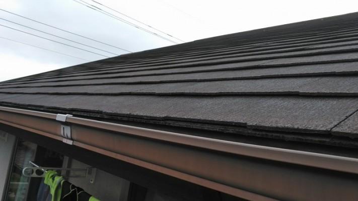 南屋根のスレート近景ひび割れ