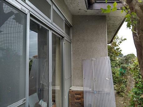 高崎市で黒く汚れてきたりひび割れしてるリシン壁の塗装見積調査