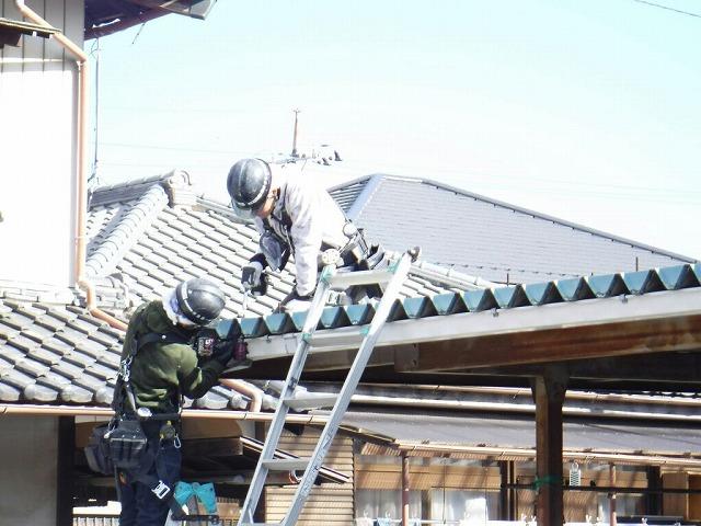 車庫の雨どいや屋根のボルト緩め