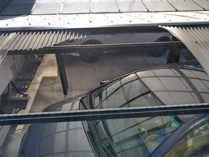 波板が二枚飛んだカーポートの屋根