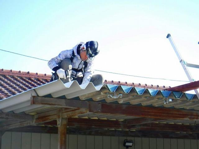 車庫の折板屋根のボルト締めしている