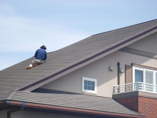 屋根のコロニアルの瓦の欠けたところを修復中