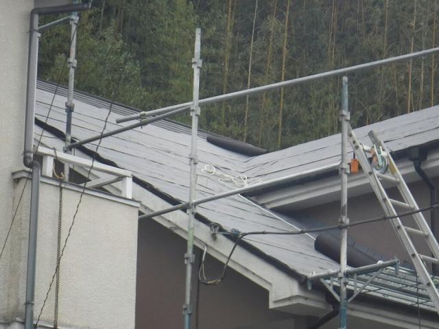 防水シートを屋根の谷になっているところに張ったところ