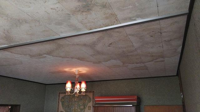 洋室天井雨漏りのシミ