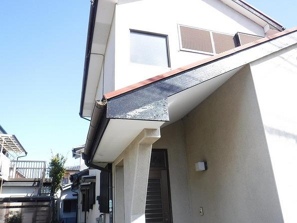 玄関の破風板の塗膜の剥がれ