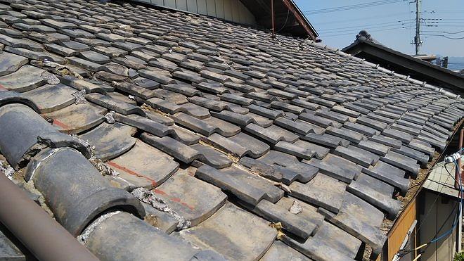 たわんだ土葺き屋根の平瓦