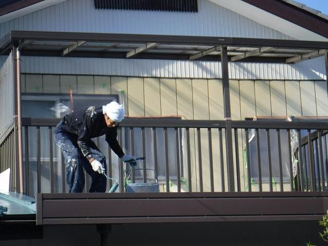 折板屋根の塗装中