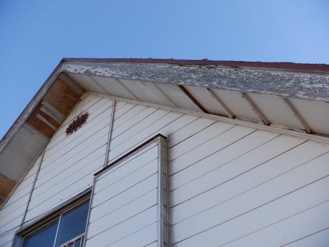 軒天井の剝がれと破風板の塗装剥がれ