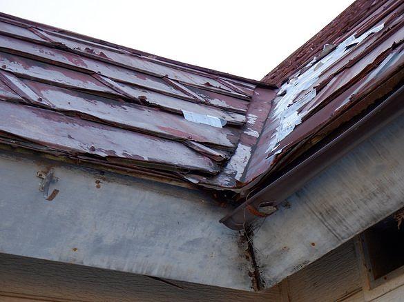 トタン屋根の谷の銀紙テープ