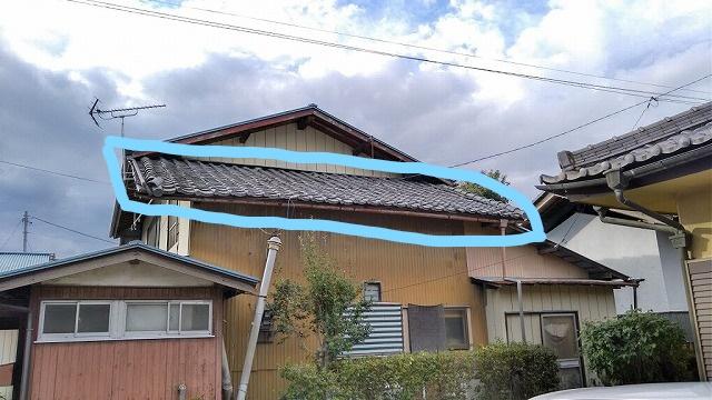 隣の敷地から見た母屋の瓦屋根の状態