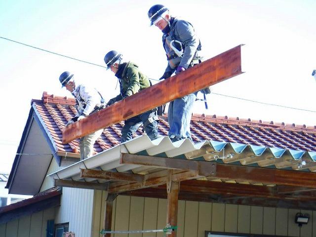 車庫の破風板搬入