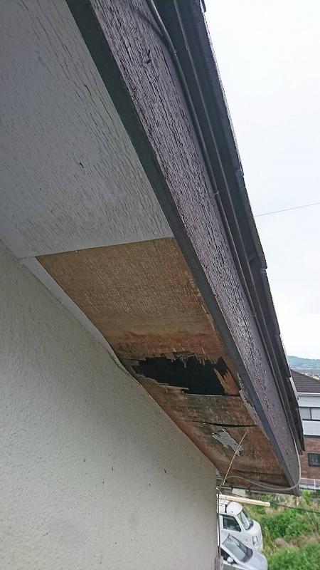 穴の開いたベニヤ板の軒天井