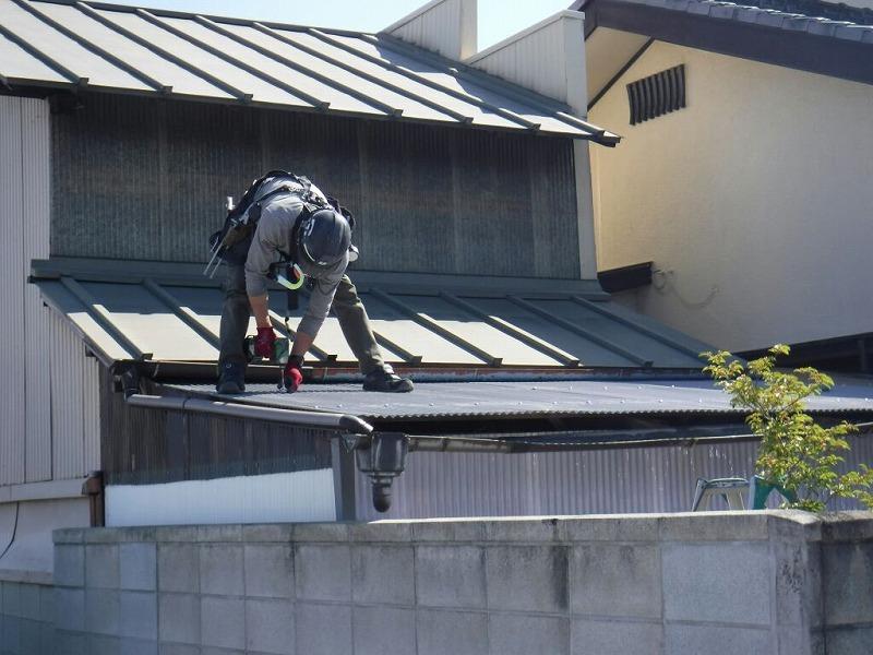 高崎市でガルバリウム鋼板とポリカーボネイトの波板で張り替え