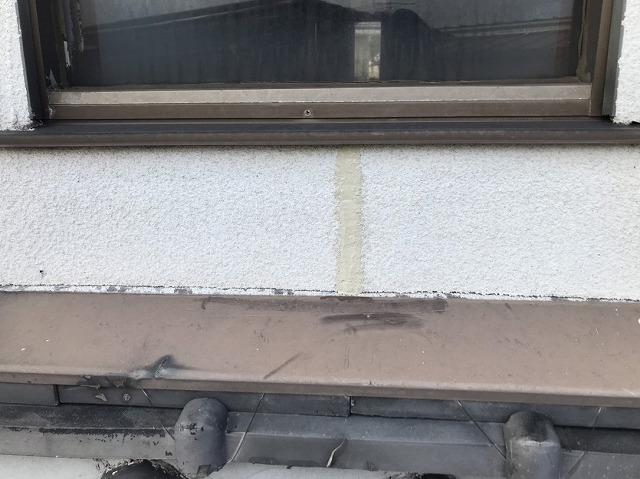 外壁のひび割れ(クラック)をコーキング剤で処理した後