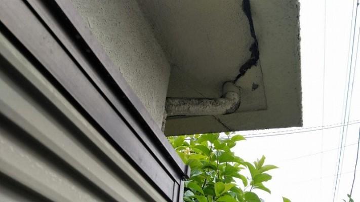 軒裏の排水管周りの詰め物