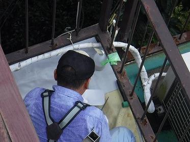 防水シートをハサミでカット