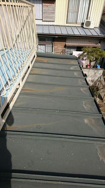 屋根の茶色のさびのすじ