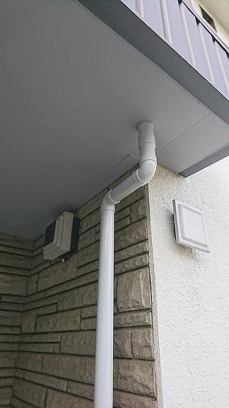 軒裏のケイカル板と排水管のすき間にもコーキング