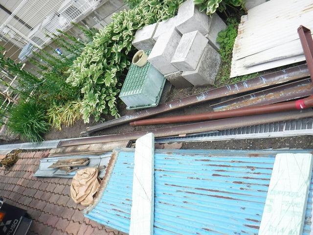 取り外されたトタンの波板屋根棟板金貫板軒樋竪樋
