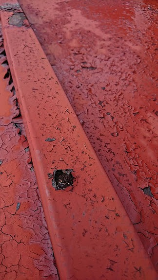屋根の錆び穴近景