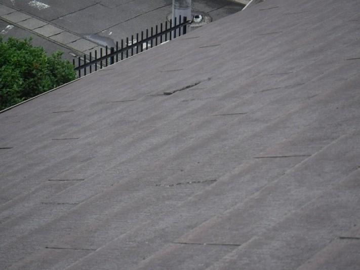 屋根の割れたスレート
