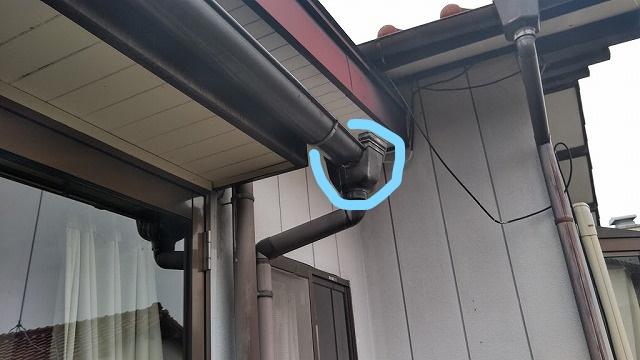 雨樋と集水器が外れて雨水が垂れているところ