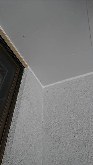 ベランダの軒裏にケイカル板を張った後の建物とのすき間にコーキング
