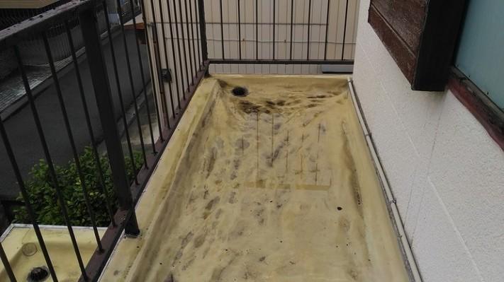 雨水のたまったしわしわの防水シート