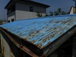 農機具小屋の南側のトタンの波板の錆び